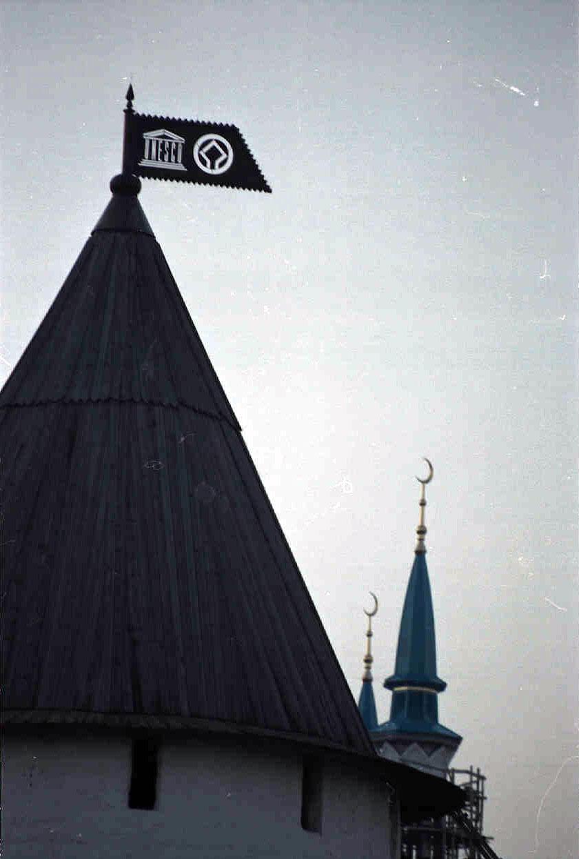Фото Знак ЮНЕСКО на башне Казанского Кремля
